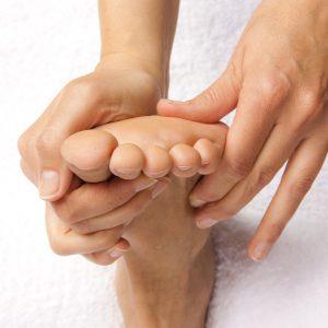 Dem Fuß mit seinen Reflexzonen, werden bestimmte Organe des Körpers zugeordnet. Er steht in einer Wechselwirkung zum gesamten Körper. Der Therapeut setzt Reize am Fuß, um die Körperreaktion positiv zu beeinflussen, was sich zum Beispiel in einer verbesserten Durchblutung zeigt.